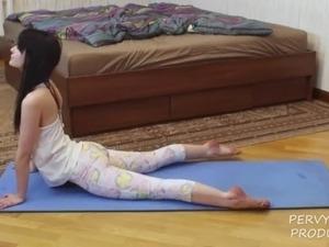 hot babes in yoga pants pics